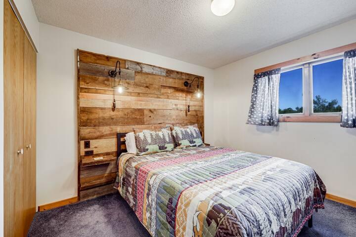 Lake Condo #2 - Balcony, Sauna, Club Room + More!