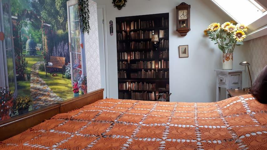 Riant 2 persoons-bed met rustiek uitzicht