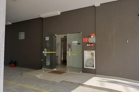 Rampa de acesso entre vaga de garagem e elevador.
