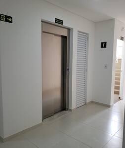 Elevador, para acesso ao piso do apartamento.