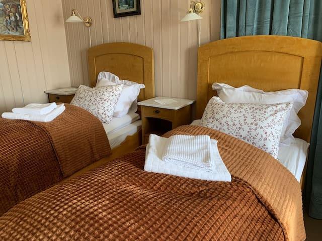 Sengene på Sverre-rommet.  The beds at the Sverre-room.