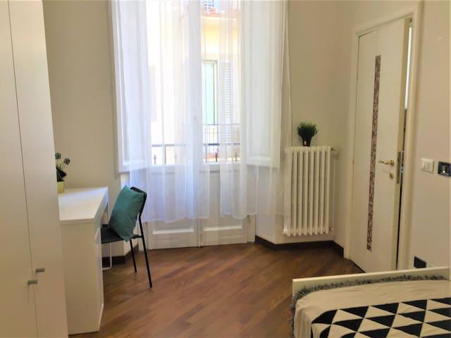 Nuova bella singola con bagno e balcone privati