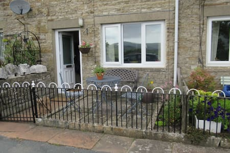 Charming traditional Dales cottage with views.
