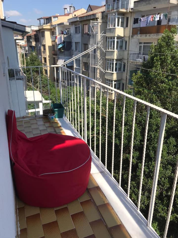 Cozy Room with Balcony in Central Kadıköy