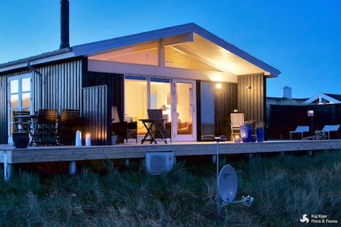 Cosy summerhouse only 100 m from the North Sea
