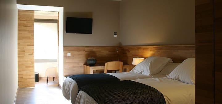 Habitación camas individuales en masía hotel rural