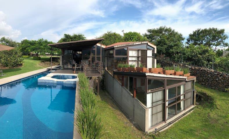 Paradisiaca casa con alberca, jardín, asador, WiFi