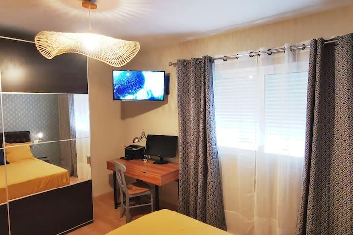 Habitación con cama matrimonial 160 cm, Televisión, armario muy grande