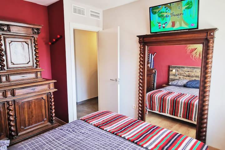 Habitación con cama matrimonial 160 cm, Televisión.