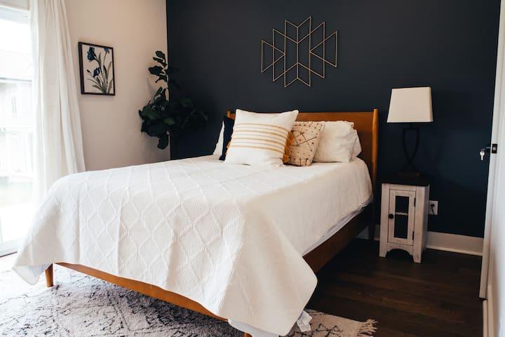 Master bedroom-downstairs-Queen bed.