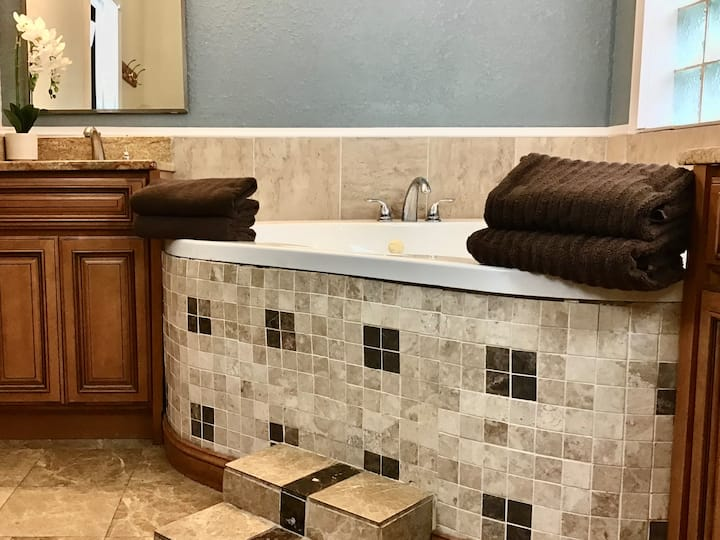 Private Jacuzzi tub, King & Queen bed & lattes!