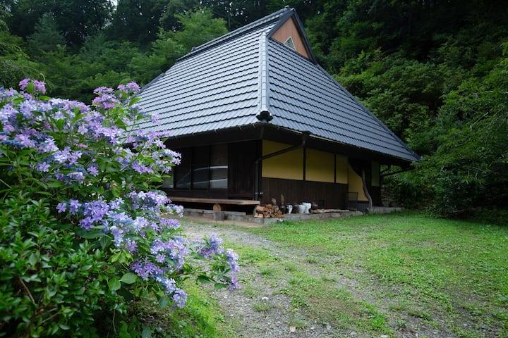 一日一組限定。囲炉裏を囲む冬の酔庵。山里の大人の隠れ家。古の参詣道、霊場の世界遺産まで車で10分。