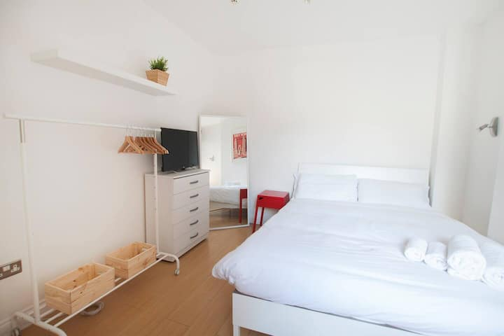 272 Wimbledon South Rooms by EveryWhere to Sleep London R3