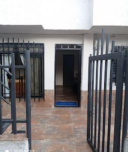 Puerta de entrada amplia, puede entrar moto, bicicleta, silla de ruedas, fácil acceso y sala de estar amplia.