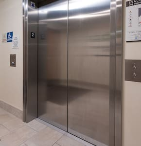 Full size commercial elevator