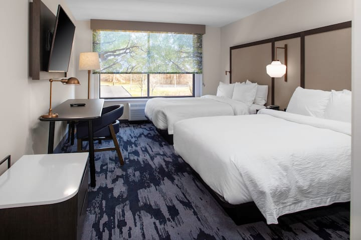 New, modern hotel in Enfield, CT RM3 2 Queens