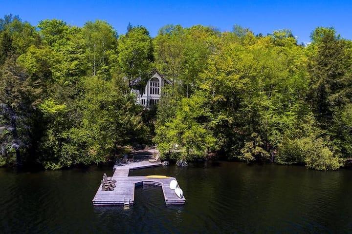 Light-filled executive cottage on Redstone Lake