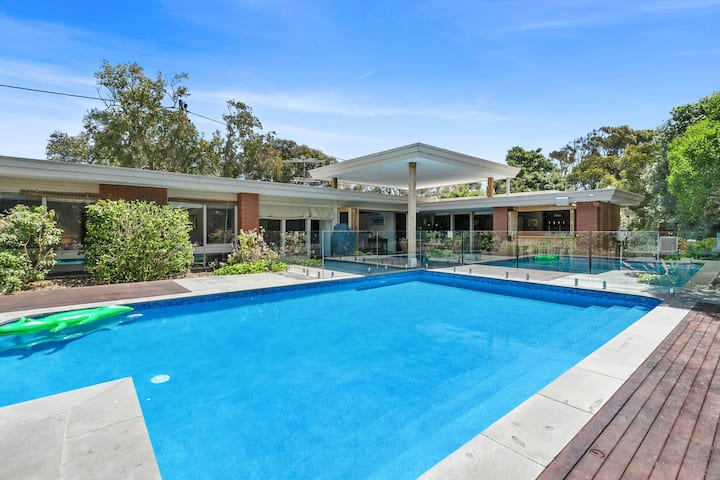 AQUA VISTA - Classic poolside family fun!