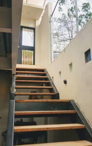 El departamento está en un piso a desnivel de la calle. Esta es la escalera de acceso.