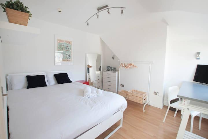 Double room in Franciscan road by DC London Rooms