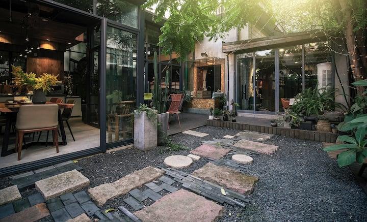 影舍叁号--两套独立套房别墅,开放式厨房、大客厅和私家花园,适合招待远方的好友、家庭聚会。靠近火车站