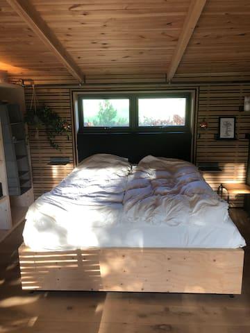 Dobbeltseng i huset. 180 cm med altid nyt sengetøj til gæsten