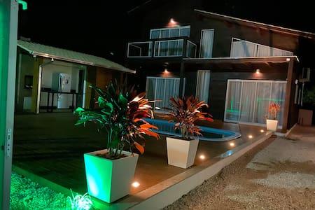 Iluminação externa que oferece fácil acesso a noite