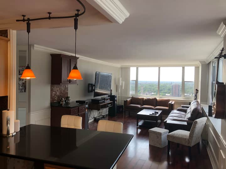 Sun-filled 2 bedroom with breathtaking views