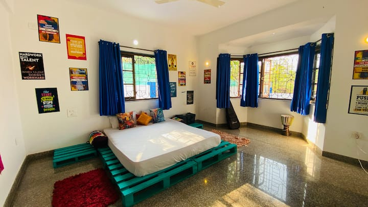 Boho style private room wit breakfast,wifi, anjuna