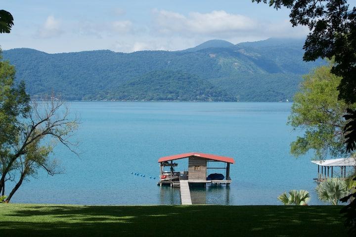 Encantadora casa frente al lago con playa privada.