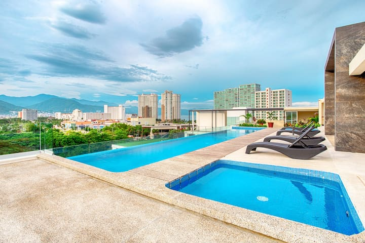 Rooftop infinity pool and Beach 10 minutes walking
