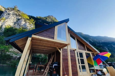 Lake House Perucac