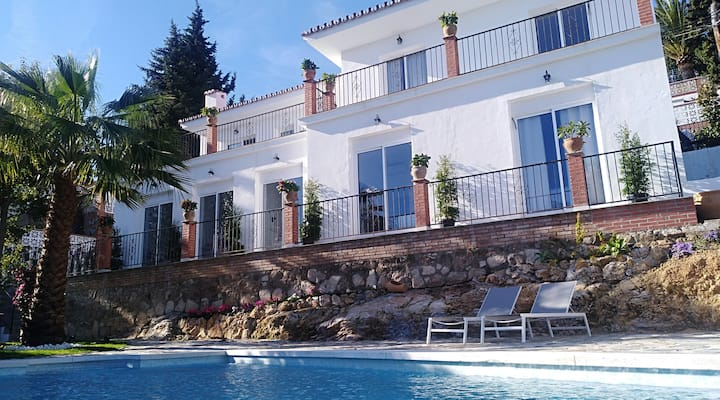 Big villa with amazing view - great for groups!
