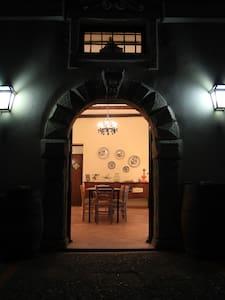 Lla porta d'entrata posta al centro della facciata principale, vista da fuori