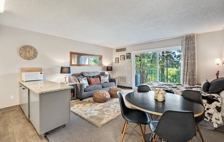 Cozy one-bedroom condo overlooking the Deschutes
