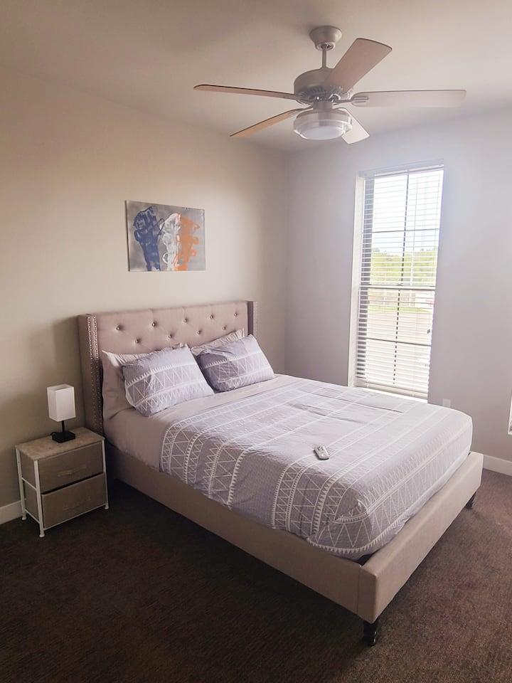 Queen w/ View- Second Floor Corner Suite (230)
