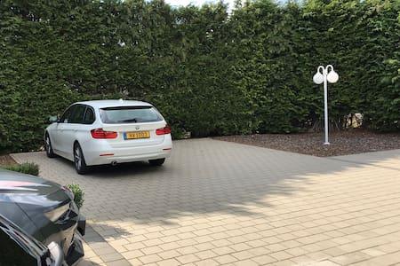Parking et allée éclairés avec détecteurs de mouvements
