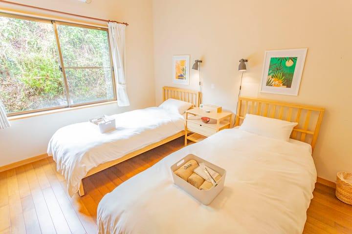 【GOTO割引】こだわりの寝具&シングルベッド2台  天空の山の中の静かなロッジ[朝食込み]