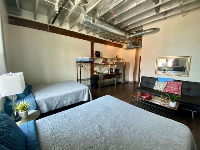 2 QUEEN BED STUDIO (1-block from Lower Broadway)