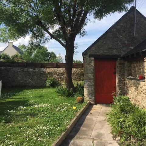 Charmante maison en pierres avec jardin clos.