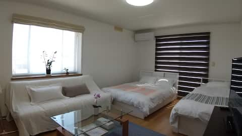 2階を1組様に貸切。最大9名。2寝室と共有SP、デッキの快適空間。食事・温泉に便利。空港20分