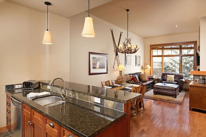 New 1 BR Luxury Ski in/out, Cap Pk Snowmass Base V