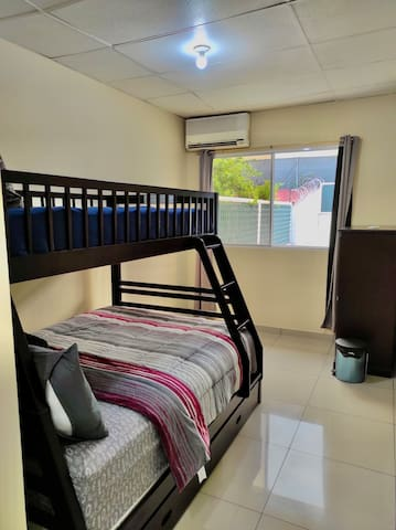 Habitacion numero 3 con camarote (dos camas: una tamaño full en la parte de abajo y otra tamaño twin en la parte de abajo).  Walk-in closet, sofa cama, aire acondicionado, cortinas blackout y baño completo privado.