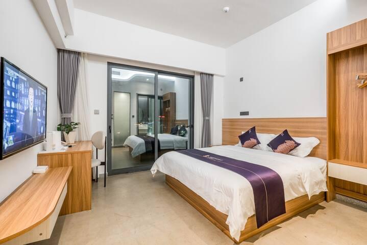 卧室2:海景大床房,带阳台正面海景,巽寮湾景色尽收眼底,配置一张1.8米大床,独立卫生间,配洗漱用品