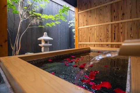 京町屋をフルリノベーション、快適な露天風呂とリビングからのガーテンビューで癒しの時間を