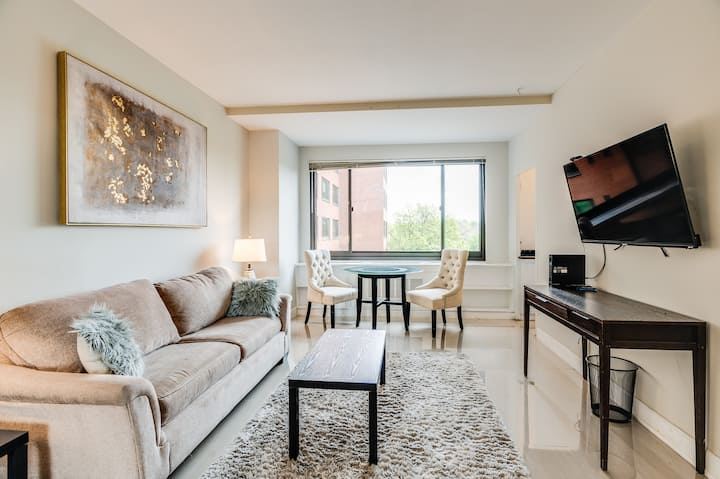 Well appointed studio close to downtown Arlington