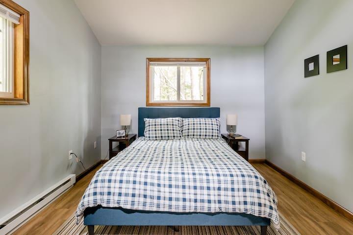Master Bedroom w/ queen bed.