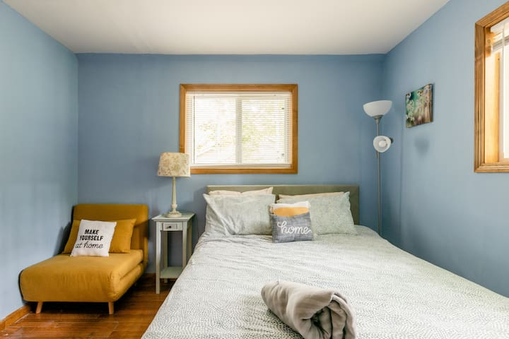 Guest room w/ queen bed and convertible chair into single bed.