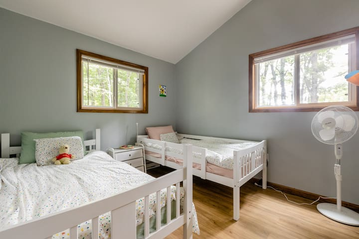 Kids room with 2 twin beds.