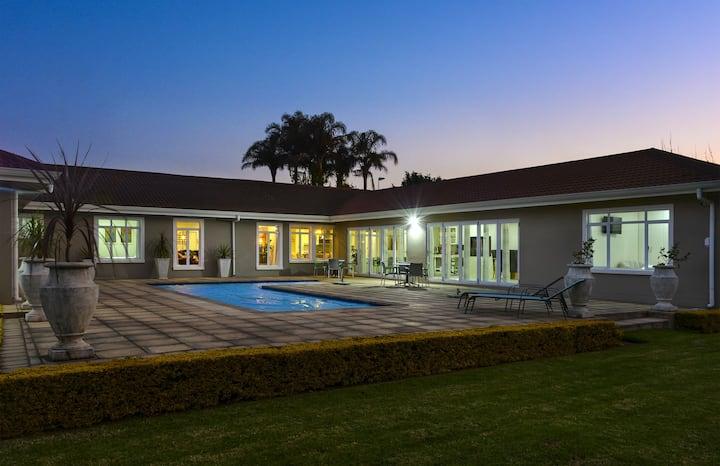 Luxury 18sleeper guest house @ 66On Monzali Hilton